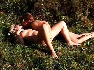 야외에서 레즈비언 섹스를하는 두 명의 할머니