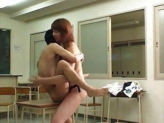 아시아 소년 강력한 돔으로 엉망이 그의 엉덩이를 가져옵니다.