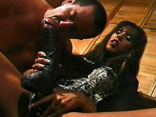 angela는 사우나에서 그를 잤다.