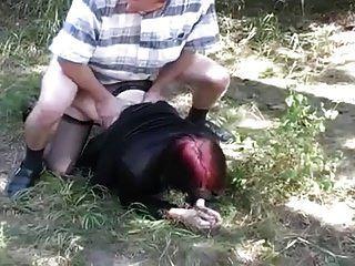 젊은 빨간 머리 소녀 빠는 및 야외 빌어 먹을