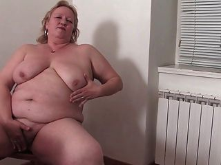 부엌에서 뚱뚱한 할머니 r20
