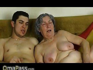 omapass 젊은 소년 씨발 아주 오래된 할머니와 그녀의 여자 친구