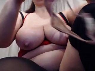 큰 엉덩이 milf는 그녀의 음부, 스트럿츠와 함께 활약
