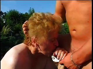 뚱뚱한 할머니가 정원에서 잤어.