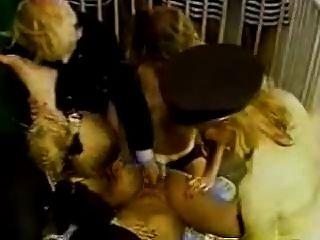 여성 죄수 가드는 죄수에 성관계를 스트랩