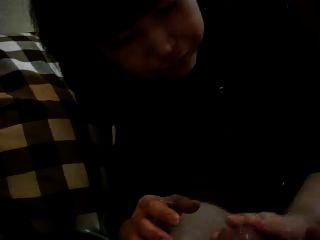 일본 남자가 남자 친구에게 기름을 주면서 주무르는 다카코.