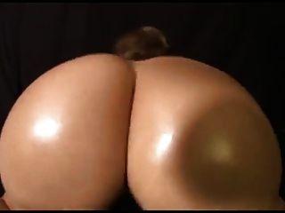 북유럽 웨스턴 금발의 여인에 의해 춤을 튀는 큰 벗은 엉덩이