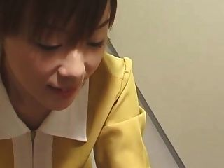 흰 장갑을 든 일본식 엘리베이터 주무르기