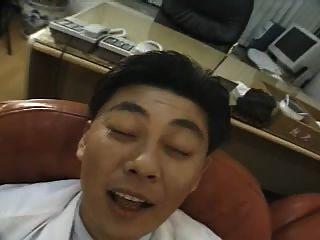한국의 슬픈 간호사가 의사와 잤어.