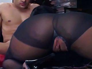 얇은 검은 색 팬티 스타킹에 바닥에 빌어 먹을