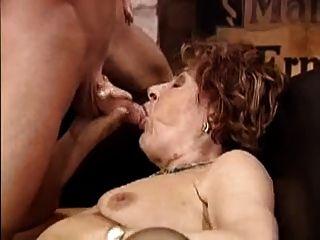 할머니는 젊은 스터드를 얻는다.