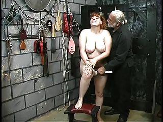 귀여운 젊은 갈색 머리 노예 소녀 스트립 지하 굴욕을위한 벗은 스트립