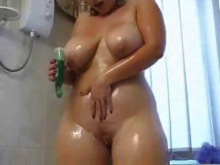 통통한 여자애가 샤워에서 더러워 지네.