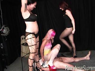 세 명의 뜨거운여 주인공이 어리석은 하녀를 치다.