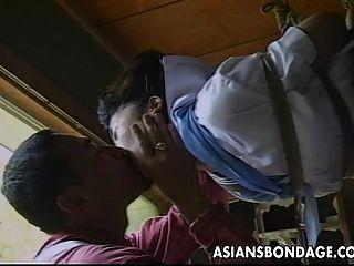 섹시한 작은 아시아 소녀 묶여 도착하고 그녀의 partne에 의해 놀리는