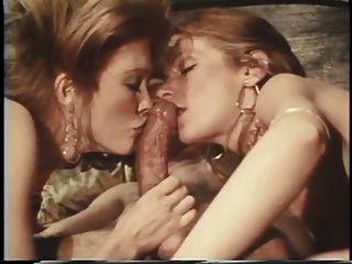 두 hotties 핥고 3 인 침실 섹스 거대한 하드 거시기를 빨아