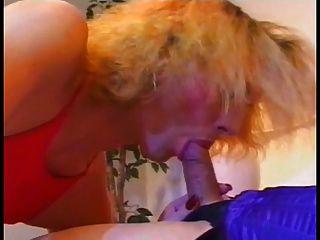 하나의 섹시한 여자가 다른 얼굴에서 입으로 빨갛게 나온다.