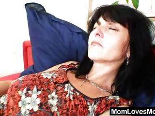 뜨거운 퓨마는 그녀의 자연스러운 가슴과 음부를 과시합니다.