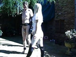 2 명의 뜨거운 영국 승마 여주인은 그들의 조랑말을 훈련시킨다.