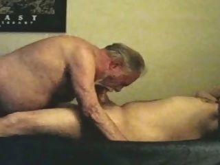 성숙한 오래 된 회색 수염 할아버지와 젊은 곰