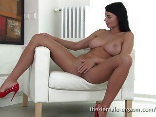 큰 자연의 가슴을 가진 섹시한 여론은 오르가즘에 자위한다.