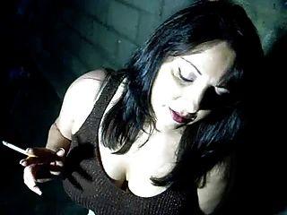 busty babe는 당신을 위해 담배를 피우고 그녀의 음부를 손가락질합니다.