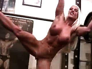 체육관에서 섹시한 근육 여자