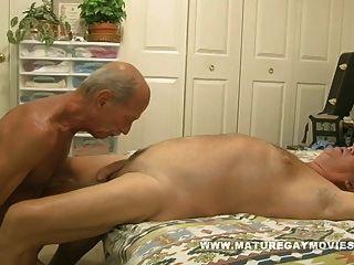 근육 성숙한 남자가 엉덩이의 젊은 조각을 성교