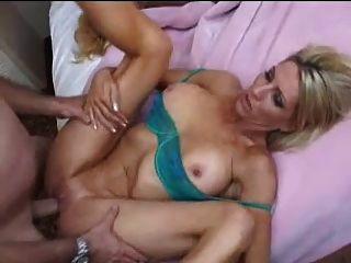 2 명의 주부들과 그룹 섹스