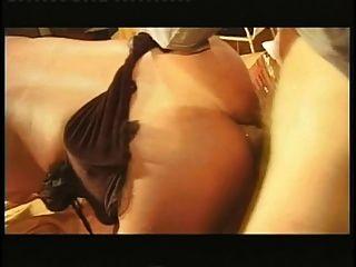 작은 가슴과 이국적인 tranny 거실에서 테이블에 항문 섹스 하드 코어