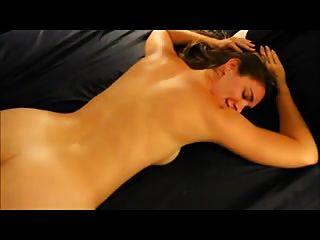 뜨거운 아내는 그녀의 엉덩이에 검은 수탉을 사랑한다.