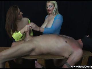 거대한 가슴을 가진 2 명의 소녀는 femdom handjob 동안 수탉을 검사합니다.
