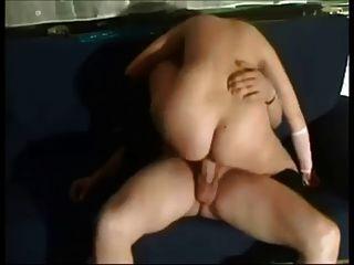 수제 섹스 테이프에 매달린 뜨거운 빨간 머리의 아가씨