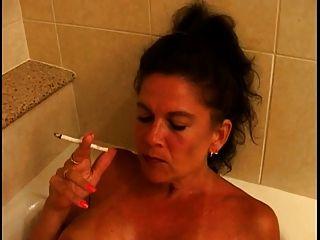 욕조에있는 뜨거운 가슴이 많은 성숙한 쿠거 흡연 120s
