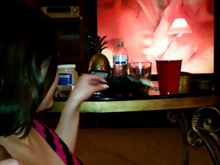 흡연 여자 친구는 검은 색 수탉을 빨고 타고 싶어.