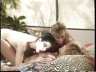 침대에 두 여자 친구와 레즈비언 삼 인조가있는 에리카 보이저