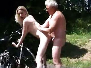 어린 바이커가 노인에게 도움을 청한다.