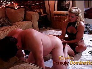 더러운 금발 여주인은 그녀의 순종적인 노예를 쐐기로 고정시킨다.