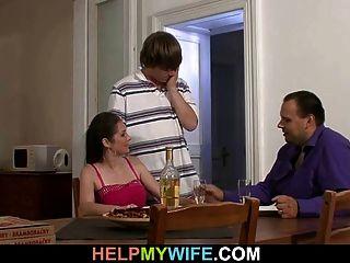 남편은 그의 뜨거운 아내를보고있다.