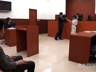 법원에서 일하는 아시아 변호사