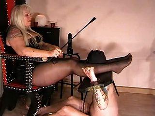 노예는 그녀의 발을 사랑해야한다.