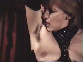 독일 성숙한 노예는 그녀의 털이 많은 겨드랑이를 핥아야 만한다.