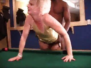 뜨거운 금발 아내 스타킹은 bbc와 함께 흑인을 산만하게한다.