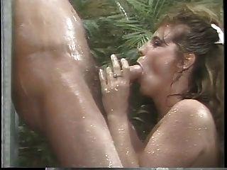 고전 busty 포르노 여왕은 샤워에 거대한 거시기를 빨고 다음 씨발