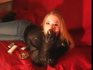검은 가죽 자 켓과 장갑에 120mm 소녀 흡연