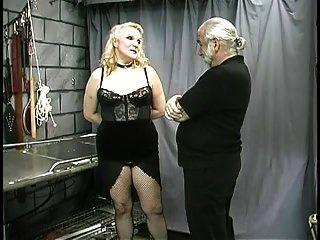 성숙한 통통한 노예 젖꼭지는 죄고 조롱 당했다.