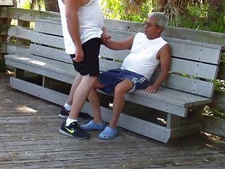 더 오래된 게이들은 공공 공원에서 성관계를 가졌어.