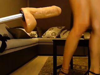 금발의 섹스 기계가 그녀의 엉덩이를 카메라에