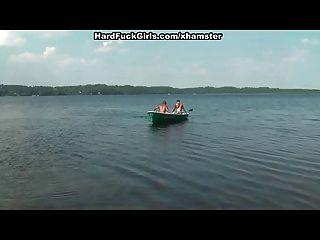 금발은 호수에서 보트에 열심히 잤어. 세 남자