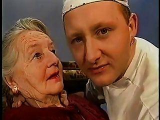 아주 노부인이 키스를 얻습니다.
